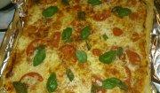 pizza margherita ze świeżą bazylią