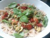 Makaron z pesto, świeżą bazylią, pomidorkami i oliwkami