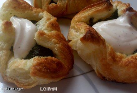 Ciasto francuskie ze szpinakiem i fetą