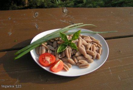 Makaron orkiszowy z pomidorami i cukinią