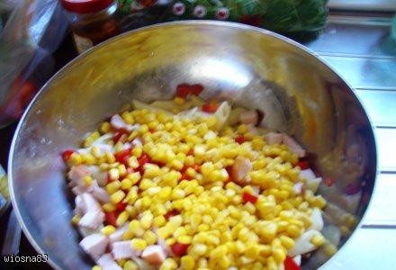 Sałatka z makaronem i wędzoną piersią z kurczaka