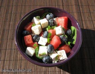 Sałatka z arbuza, fety, szpinaku i borówek
