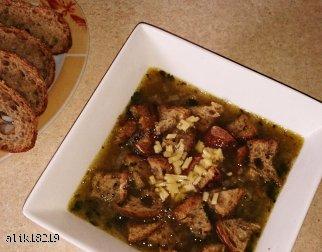Rozgrzewajaca zupa cebulowa z grzankami i serem.