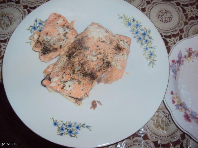 Łosoś w sosie muślinowym ze szparagami i pomarańczową cykorią