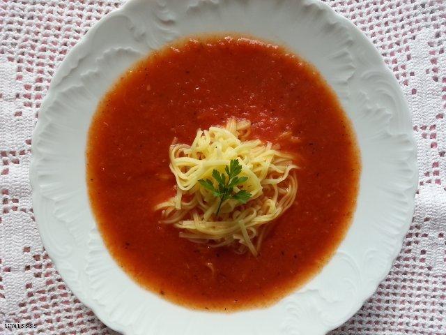 Rozgrzewająca zupa krem z pomidorówi papryki z kleksem śmietany i ziołami