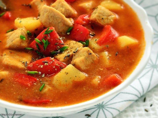 Rozgrzewająca zupa gulaszowa z papryką