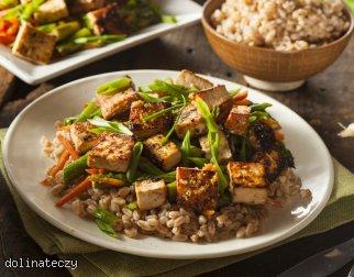 Smażone tofu z zieloną cebulką i szparagami
