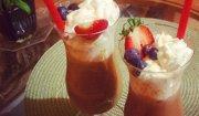 Kawa mrożona z owocami i syropem klonowym.