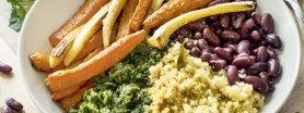 Uroda Życia poleca: quinoa, czerwona fasola, pesto z natki pietruszki  i pieczone warzywa