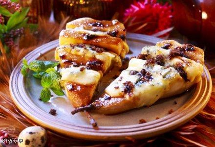 Gruszka z serem pleśniowym i z mango i żurawiną pieczona na grillu