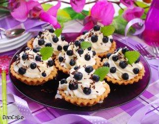 Mini tarty z kremem śmietankowym i jagodami