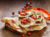 Włoskie tosty  z mozzarellą i pomidorkami koktajlowymi