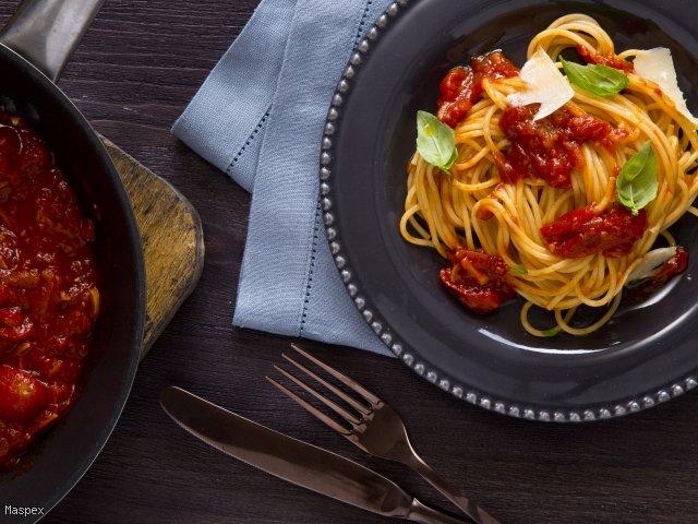Sphagetti z charakterystycznym sosem pomidorowym