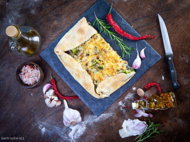 Tarta z żółtym serem, brokułami i cebulą