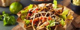 Sałatka taco w miseczce z tortilli