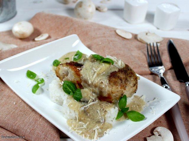 Aromatyczny kurczak w sosie serowo-pieczarkowym