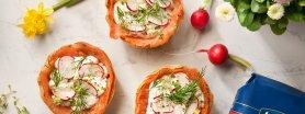 Tartaletki z chrzanową ricottą, łososiem i wiosennymi nowalijkami