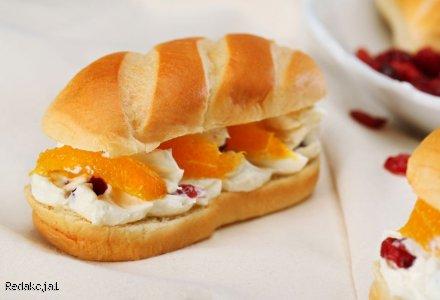 Piknikowe bułeczki mleczne z aksamitnym serkiem i owocami