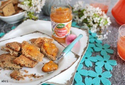 Chrupkie pieczywo na bazie migdałów i ziaren z dżemem brzoskwiniowym z lawendową nutą