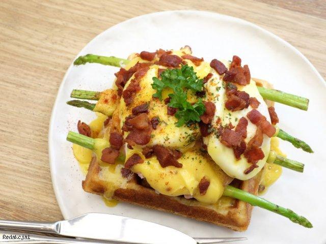 Gofry ze szparagami na wiosenne śniadanie