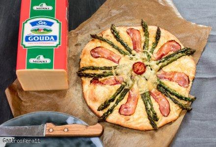 Pizza na kamieniu z serem gouda i szparagami