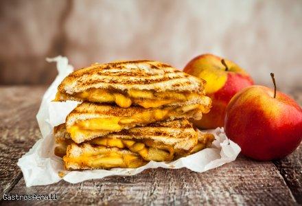 Tostowe wariacje – kanapka z serem żółtym i karmelizowanymi jabłkami