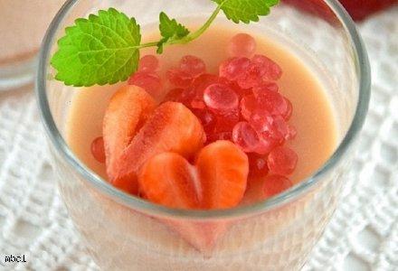Orzeźwiająca panna cotta z owocowym kawiorem o smaku rabarbaru i mirabelki