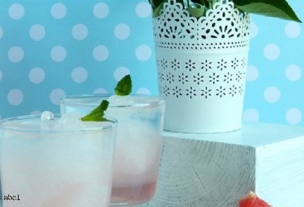 Orzeźwiający napój o smaku grejpfruta i pomelo z granitą