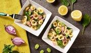 Sałatka z makaronem uszka, tuńczykiem, bobem, czerwoną cebulą i młodym szpinakiem