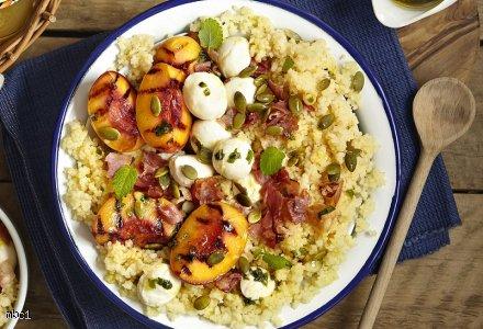Sałatka z kuskusem, mozzarellą, grillowaną brzoskwinią i chrupiącą szynką szwarcwaldzką