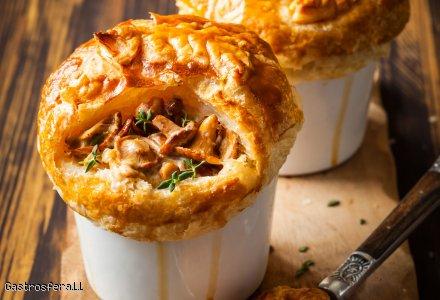 Kurki serowo tymiankowe pod ciastem francuskim