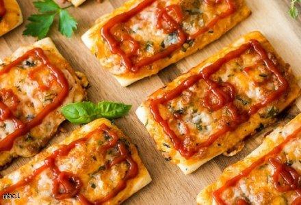 Pizzerinki z serem, ziołami i ketchupem