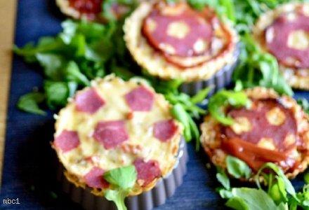 Mini tarty z serem, szynką i papryką oraz ketchupem