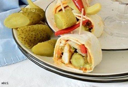 Roladki z tortilli z korniszonami z chili, sosem z awokado, sałatą lodową i grillowanym kurczakiem