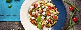 Mini Pióra z zieloną fasolą, fetą, pomidorkami wiśniowymi