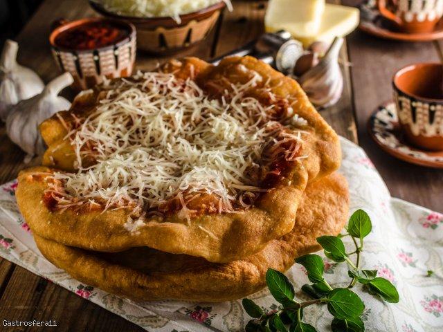 Langosze z sosem paprykowym i żółtym serem