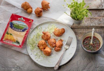 Słone pączki serowe z ostrym sosem oliwnym