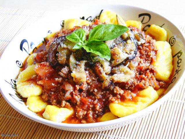 Sos pomidorowy z mięsem mielonym i bakłażanem