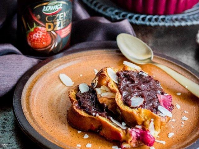 Pudding z chałki z migdałami, truskawkami i czekodżemem Łowicz