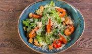 Sałatka z krewetkami, azjatyckim sosem i grzankami