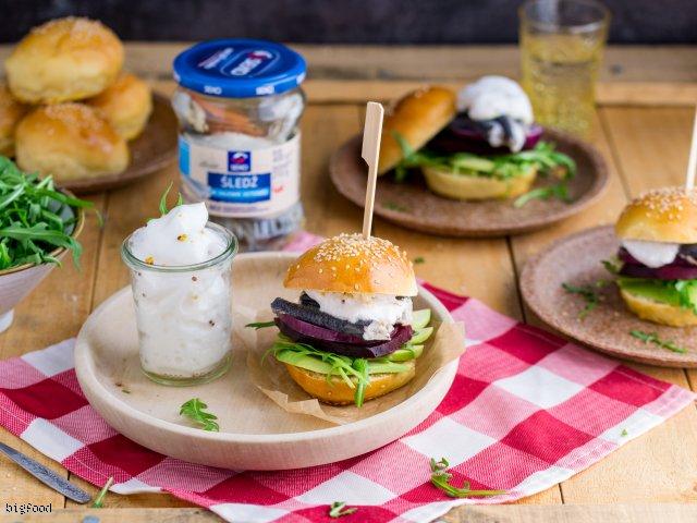 Mini burgery ze śledziem, awokado, burakiem i pianką z musztardy francuskiej
