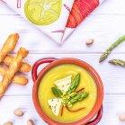 Zupa krem z zielonych szparagów z pistacjami