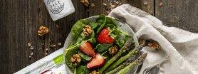 Wiosenna sałatka z truskawkami, szparagami i orzechami włoskimi