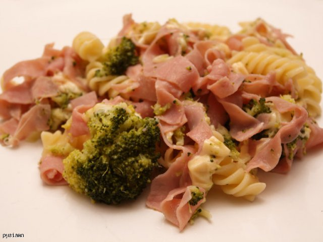 Pyszny Makaron z szynką i brokułami
