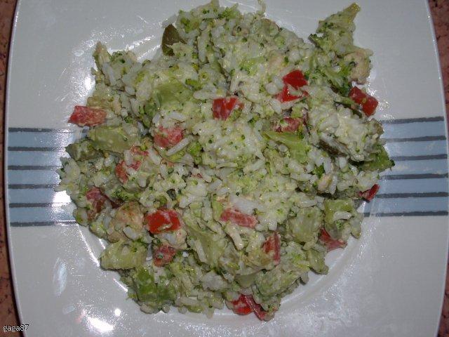 Sałatka z brokułem, ryżem i kurczakiem