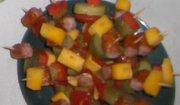 kolorowe koreczki w jabłkowej podstawce