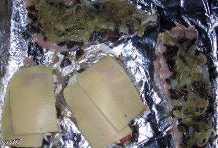 pierś kurczaka zapiekana z pieczarkami, cebulą i serem