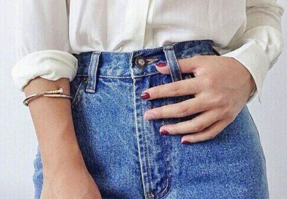 Dziewczyna w spodniach mum jeans / zdjęcie Pinterest
