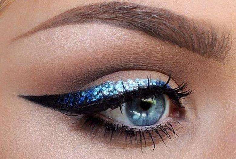 Błękitny, brokatowy makijaż oka