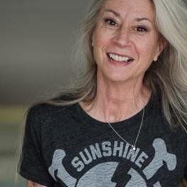 Kobieta po 50-tce w koszulce